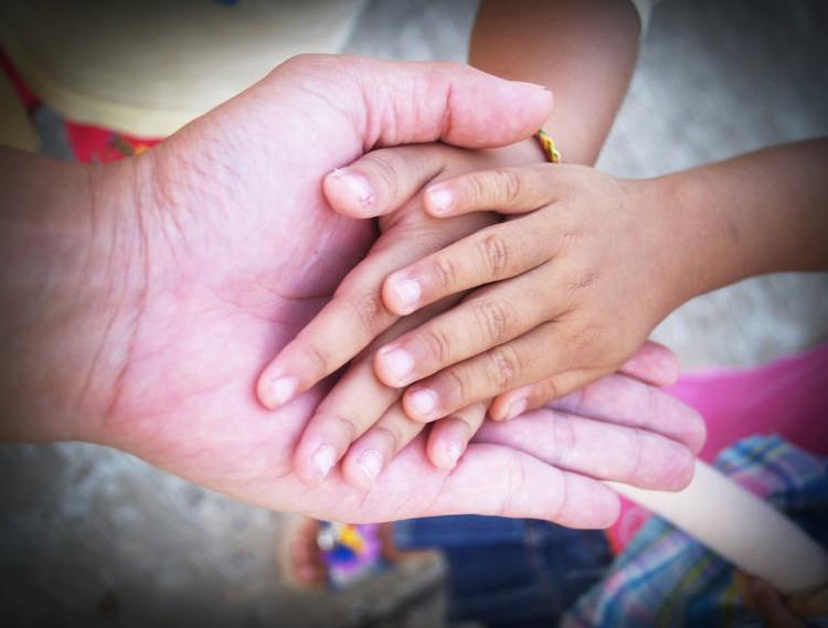 Hände verschiedener Generationen