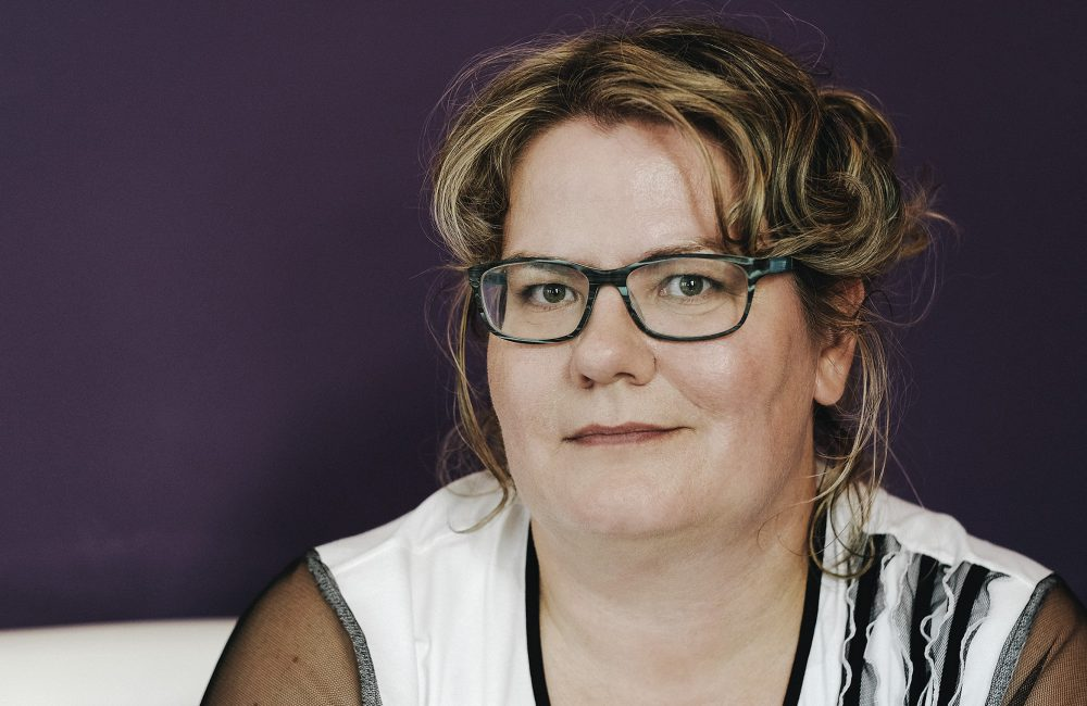 Katja Hoyer 14 schwarz-weißes Shirt mit Schrift S.G.